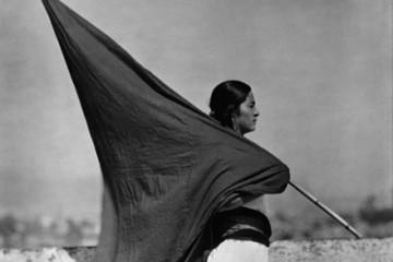 Tina Modotti – Donna con bandiera