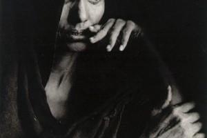 Sebastiao Salgado - Rifugiata in attesa della distribuzione del cibo (Mali, 1985)